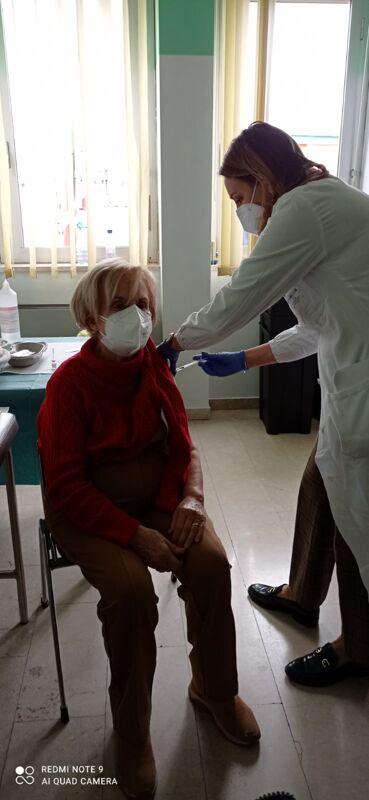 primi-vaccini-sugli-over-80,-ma-preoccupa-il-contagio-tra-i-ragazzi-e-la-variante-inglese-sempre-piu-diffusa