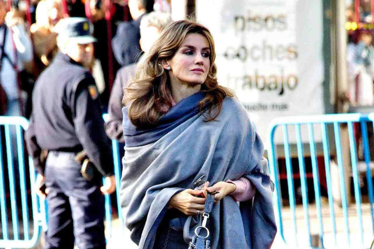 letizia-di-spagna-e-l'outfit-bomba:-gonna-in-pelle-nera-e-camicia-con-trasaparenze,-divina