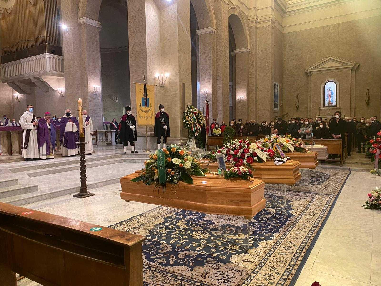 foto- -officiati-i-funerali-dei-4-dispersi-sul-monte-velino:-presente-anche-la-squadra-di-avezzano-del-soccorso-alpino