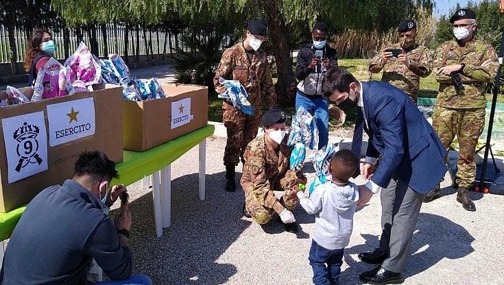 al-cara-di-bari-l'esercito-dona-le-uova-di-pasqua-e-giocattoli-ai-37-bimbi-ospiti