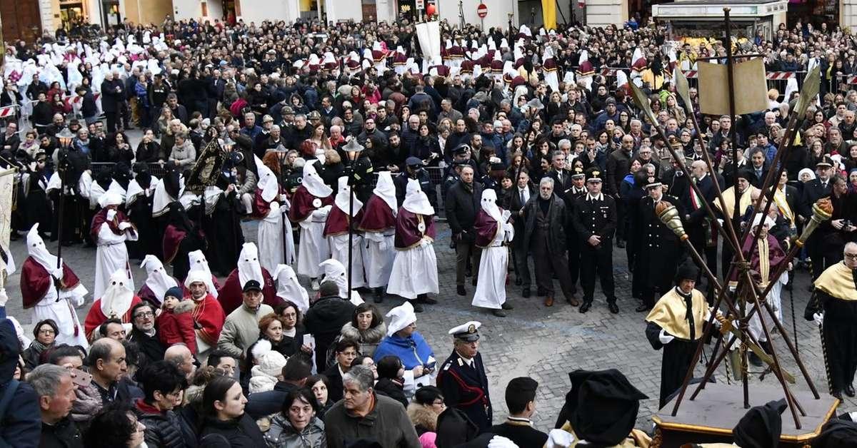 oggi-la-processione,-negozi-chiusi-in-anticipo-e-il-miserere-fino-alla-scalo
