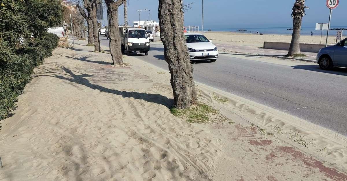 sabbia-sul-lungomarenon-ci-sono-i-soldiper-toglierla-subito