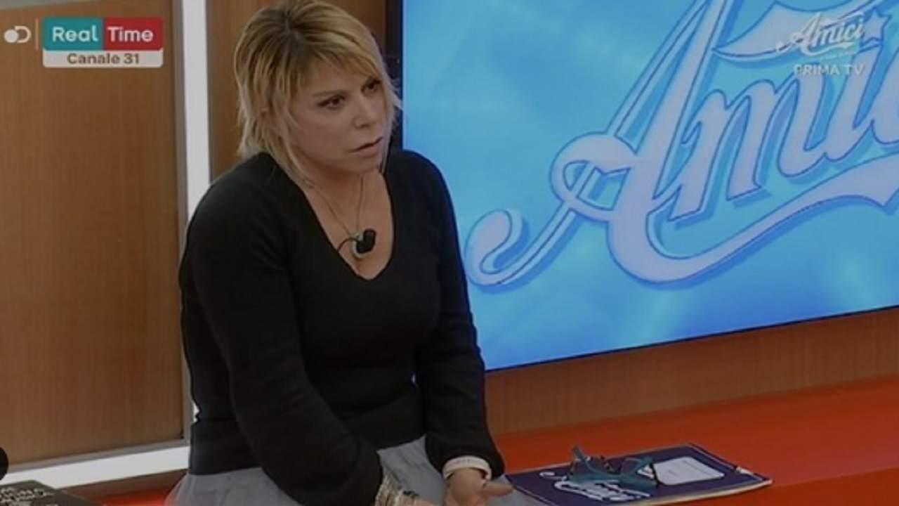 aka7even-da-della-pazza-a-anna-pettinelli:-la-reazione-della-maestra-di-amici-video
