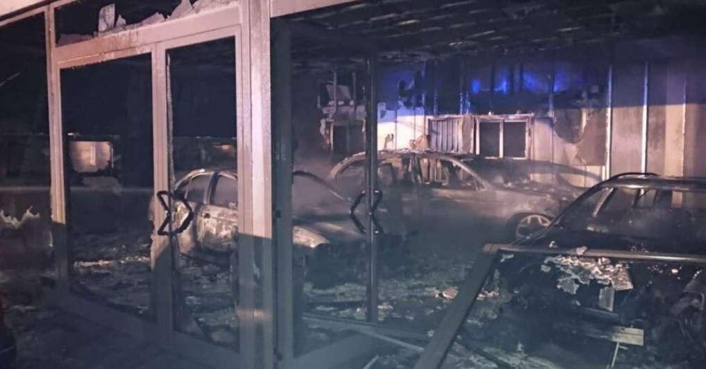 salone-auto-a-fuoco,-distrutti-i-veicoli-in-vendita
