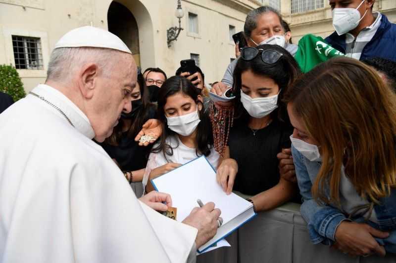 papa-francesco-abbraccia-gli-studenti-della-diocesi-guidati-dal-vescovo-leuzzi