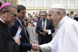 istruzione:-donati-a-papa-francesco-gli-atti-del-convegno-su-scuola-e-adolescenti