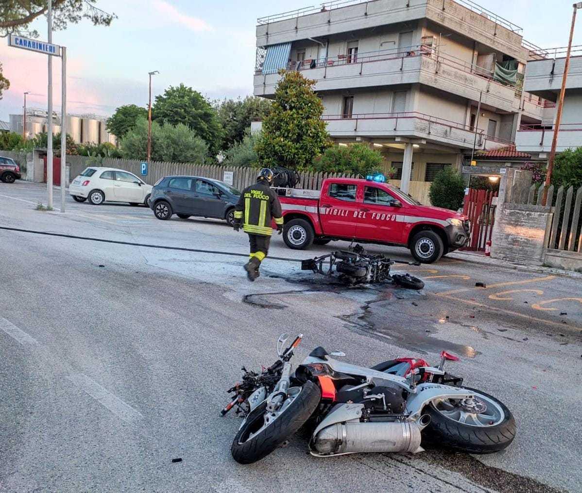 foto- -martinsicuro,-scontro-tra-moto-e-scooter:-morti-due-giovani-centauri