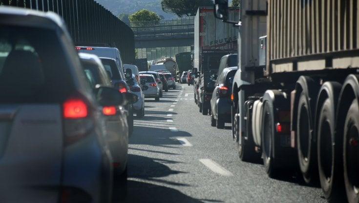 autostrade-lumaca-in-liguria,-i-camionisti-per-protesta-scendono-dai-tir