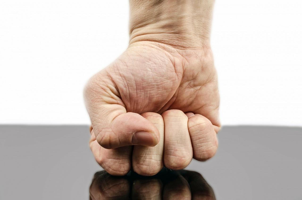 padre-violento-reagisce-picchiando-il-figlio-con-un-manico-di-scopa-e-mandandolo-all'ospedale