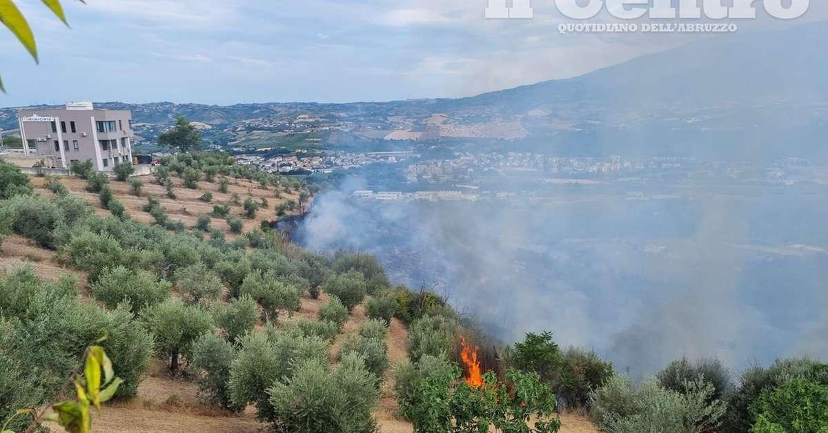 vasto-incendio-minaccia-rosciano,-evacuate-alcune-case-nel-centro-del-paese-/-video