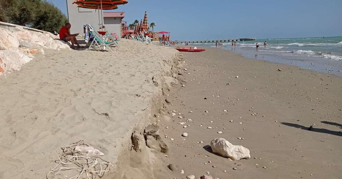 la-mareggiata-provocanuovi-danni-sulla-spiaggia