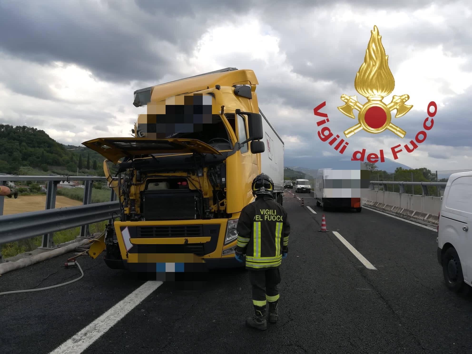 incidente-sulla-a25,-scontro-tra-mezzi-pesanti:-vigili-del-fuoco-sul-posto