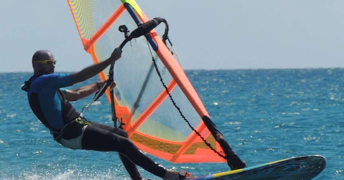 cade-dalla-tavola-da-windsurfsalvato-da-tre-bagnini-a-nuoto