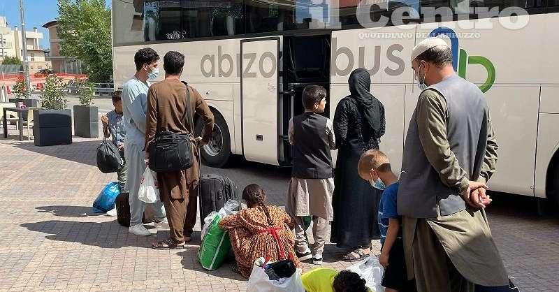 trasferiti-46-profughi-dall'afghanistan,-donati-vestiti-e-giochi-ai-bimbi-/-video