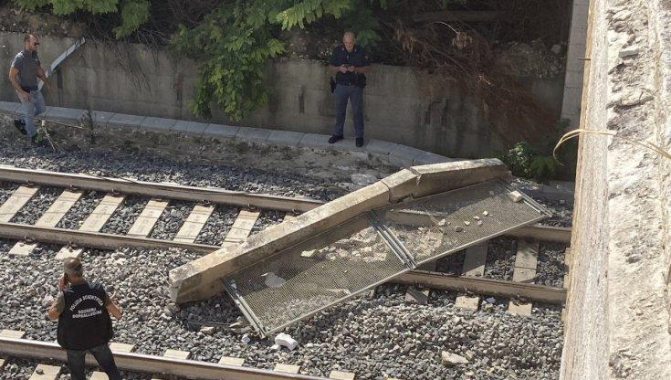 ferrovie,-cade-parapetto-di-un-ponte-sui-binari:-sospesa-la-circolazione-dei-treni-sulla-linea-adriatica-nel-foggiano.-bus-sostitutivi-da-bari,-barletta-e-foggia