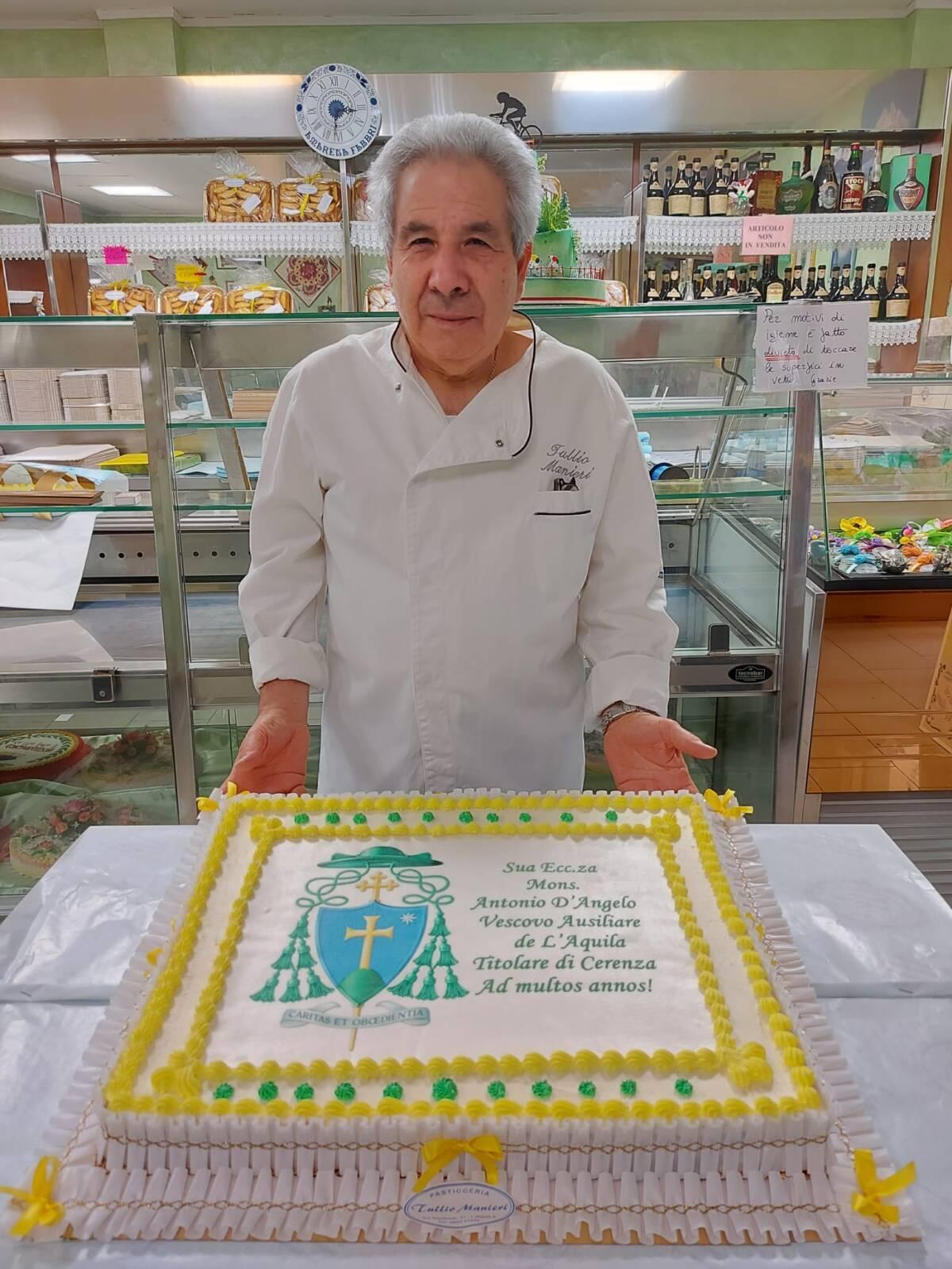 l'aquila:-il-pasticciere-tullio-manieri-dona-torta-a-vescovo-ausiliario-d'angelo