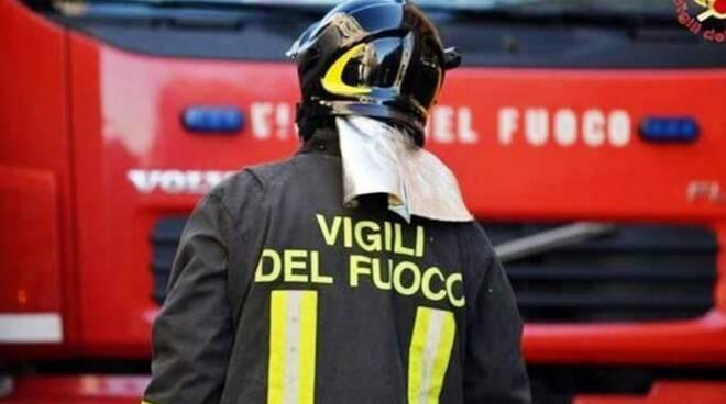 incendi-abruzzo,-vasto-rogo-da-ieri-in-val-pescara:-vigilo-del-fuoco-al-lavoro-nella-notte