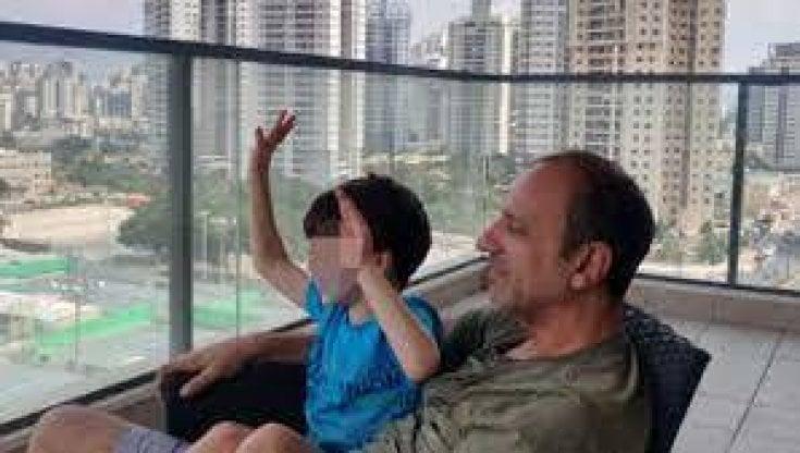 eitan:-intesa-tra-le-famiglie:-resta-in-israele-fino-all'8-ottobre,-tre-giorni-con-il-nonno-e-tre-con-la-zia