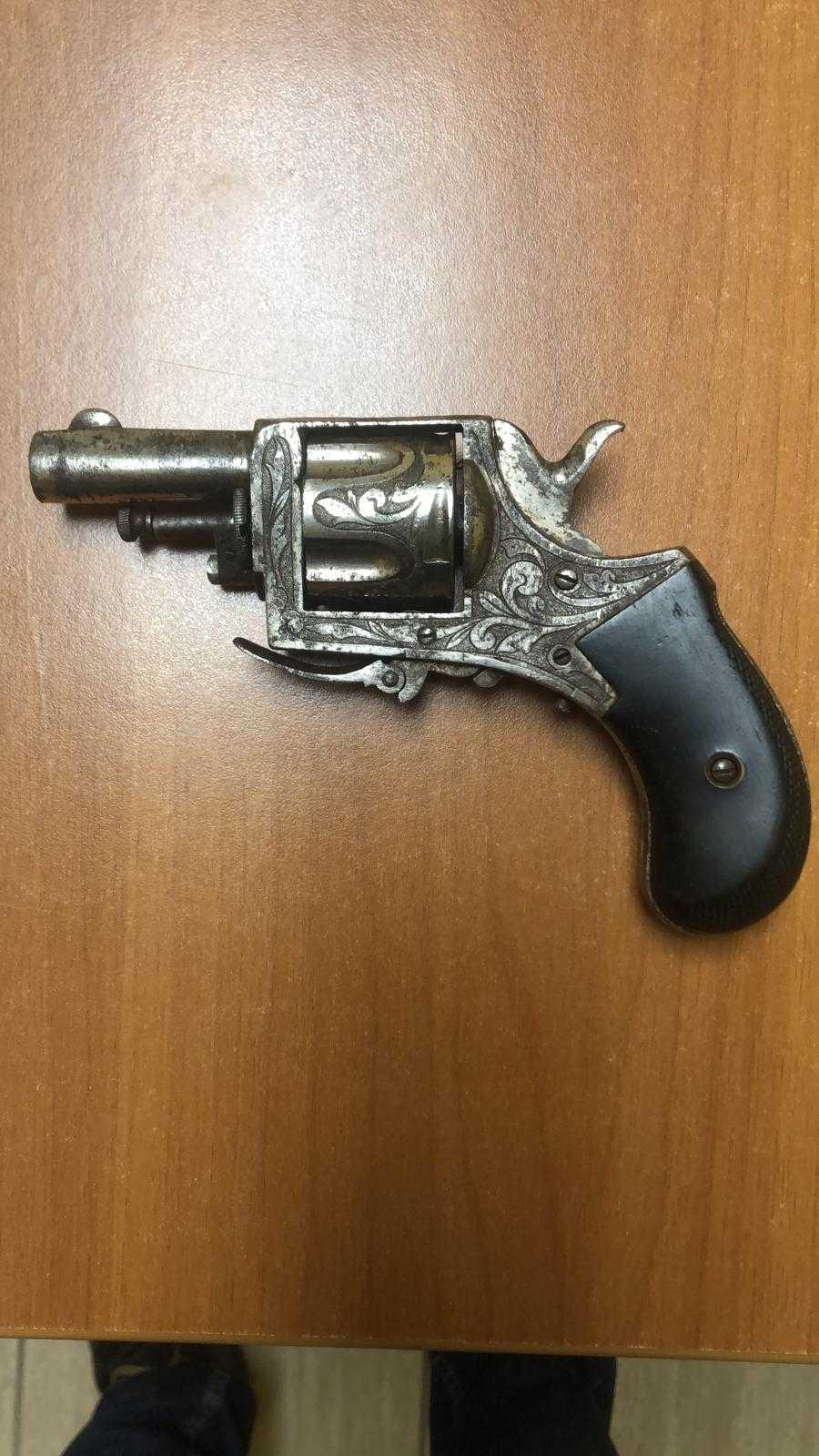 minaccia-con-un-revolver-l'ex-compagna-poi-consegna-l'arma-ai-carabinieri