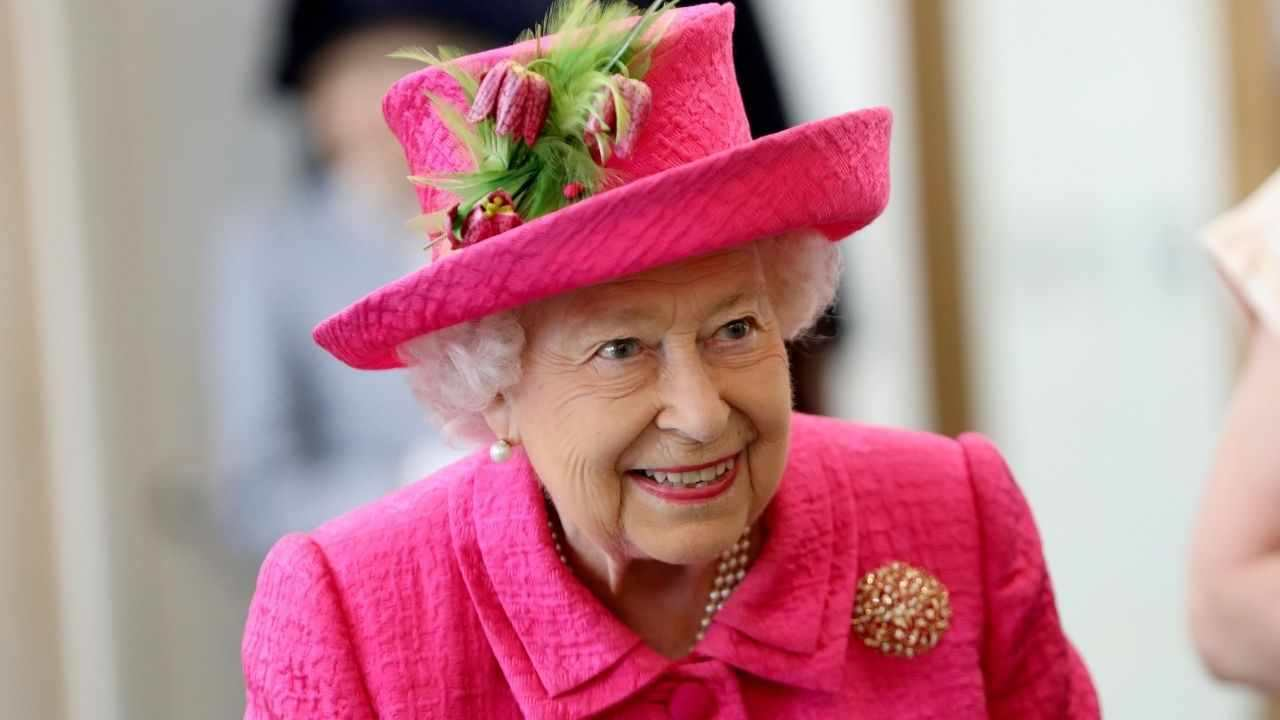regina-due-di-picche-al-futuro-re-di-inghilterra-|-e'-guerra-a-buckingham-palace