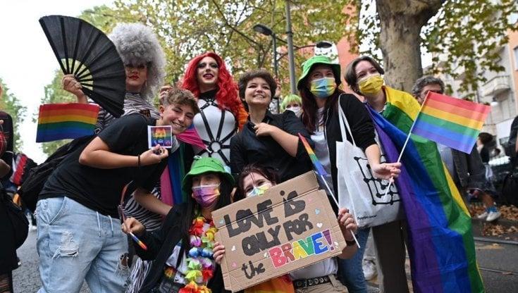 torino-pride,-diecimila-in-piazza:-assente-damilano-candidato-del-centrodestra,-scoppia-la-polemica