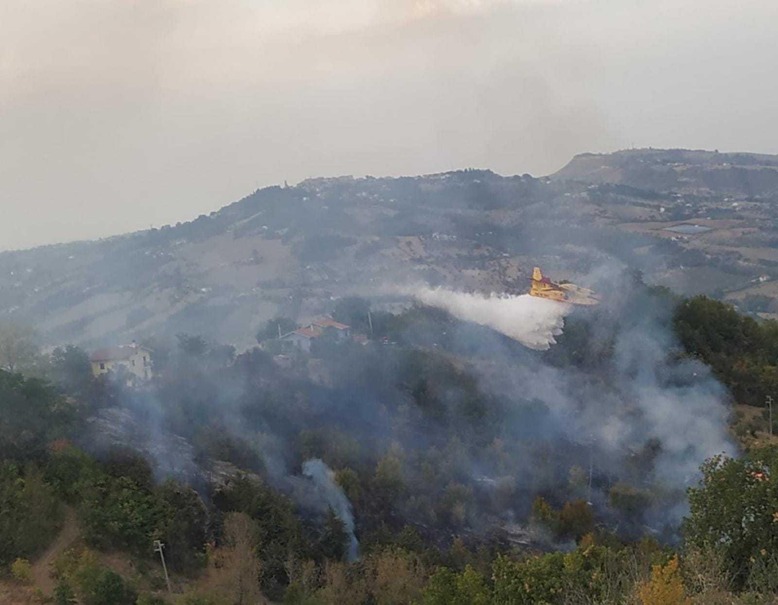 incendio-di-bosco-a-cermignano:-sul-posto-anche-un-canadair
