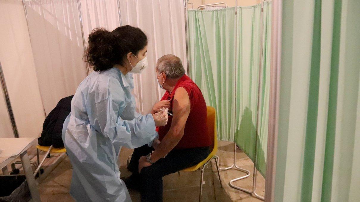 i-vaccini-e-la-terza-dose,-cosa-c'e-da-sapere.-chi-la-deve-fare?-ci-sono-dosi-a-sufficienza?