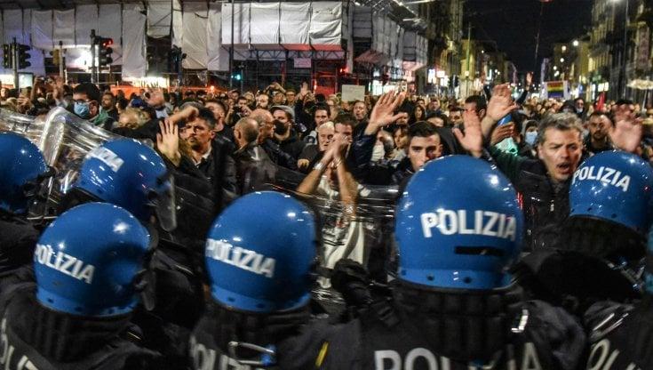 corteo-no-green-pass-a-milano:-obbligo-di-firma-per-un-manifestante-25enne-arrestato-sabato.-preavviso-alla-questura-per-nuovo-raduno