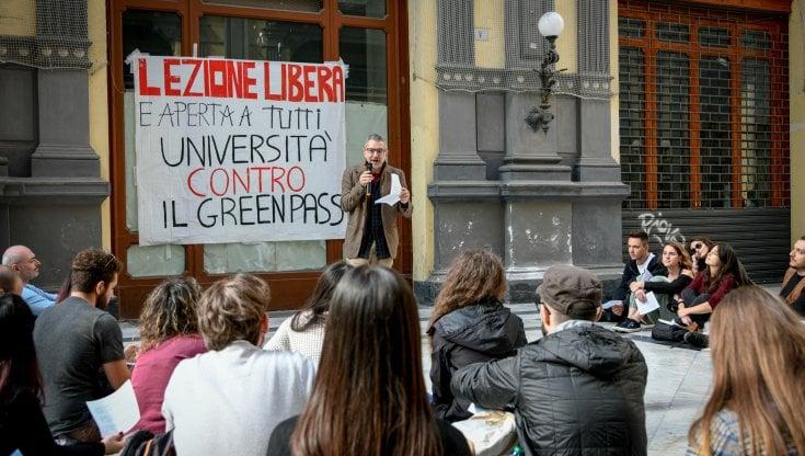 """napoli,-il-prof-no-green-pass-fa-lezione-all'aperto:-""""l'obbligo-ricorda-gerarchi-nazisti"""""""