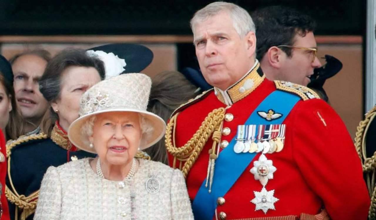 regina-elisabetta-a-spada-tratta-al-fianco-del-figlio-andrea:-ecco-cosa-ha-fatto-per-lui